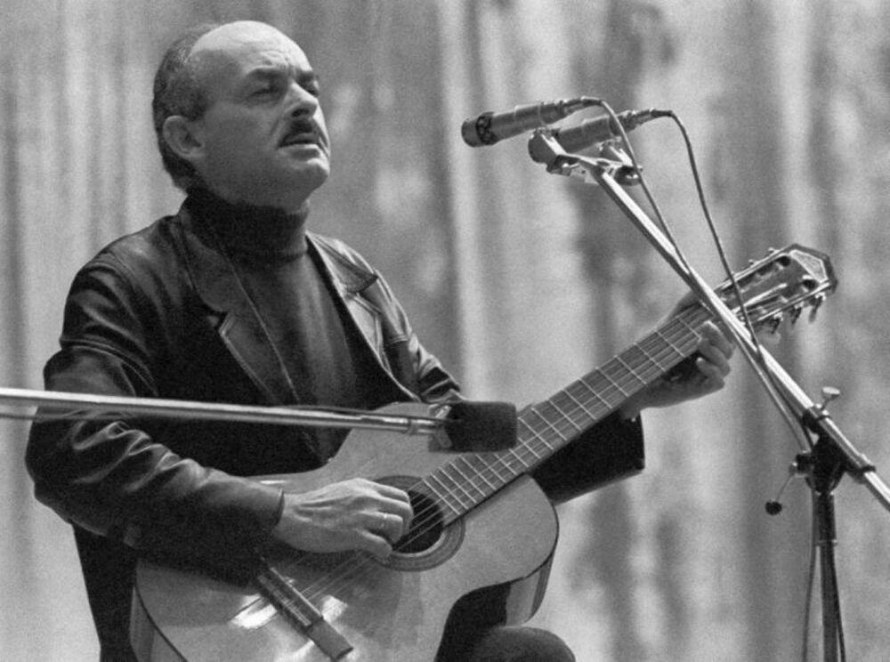 Булат Окуджава: биография, творчество и фотографии поэта и композитора.