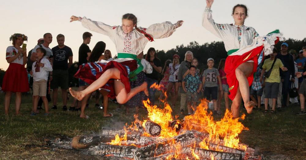 Прыжки через костер и плетение венков. Как в Киеве праздновали Ивана ...