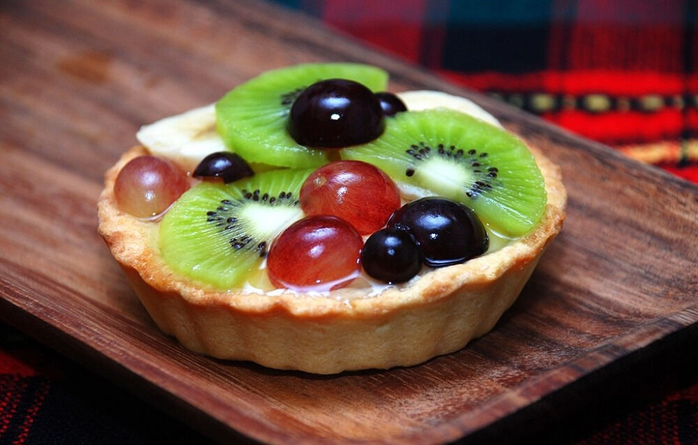 Тарталетки с заварным кремом и свежими фруктами в желе