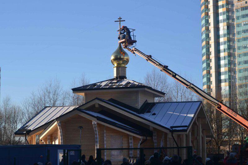 Состоялось освящение Креста и купола строящегося храма Святых ...