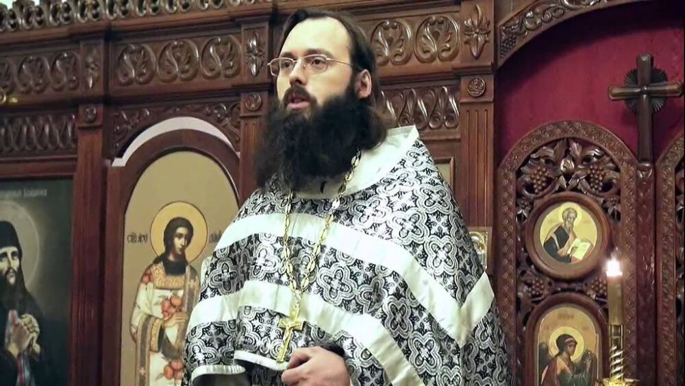священник валерий духанин служит в храме