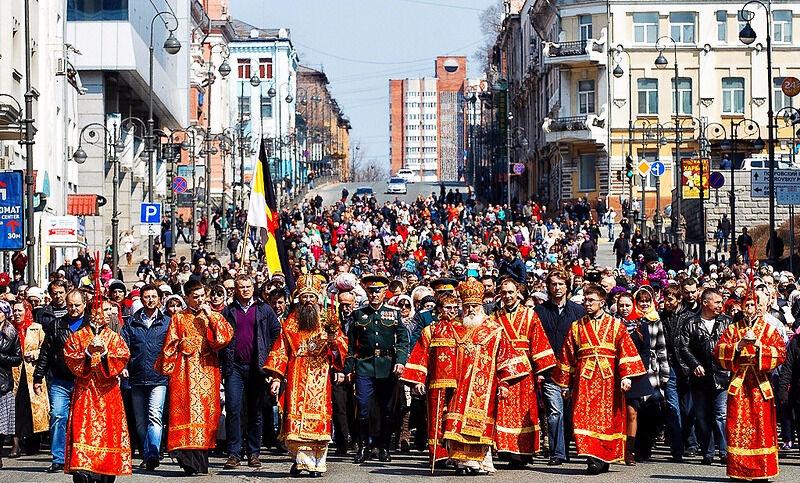 Духовные скрепы». Митрополит РПЦ под красными флагами метал в толпу ...
