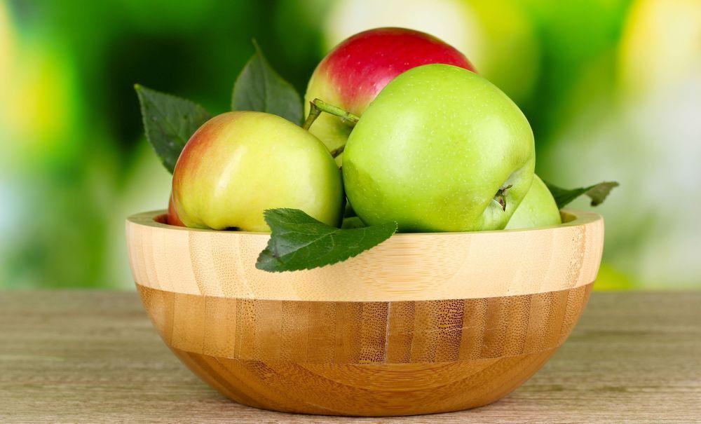 Обои Свежие яблоки на столе в деревянном блюде на размытом фоне на ...